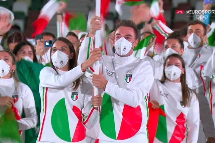 Il team italiano con Jessica Rossi ed Elia Viviani portabandiera