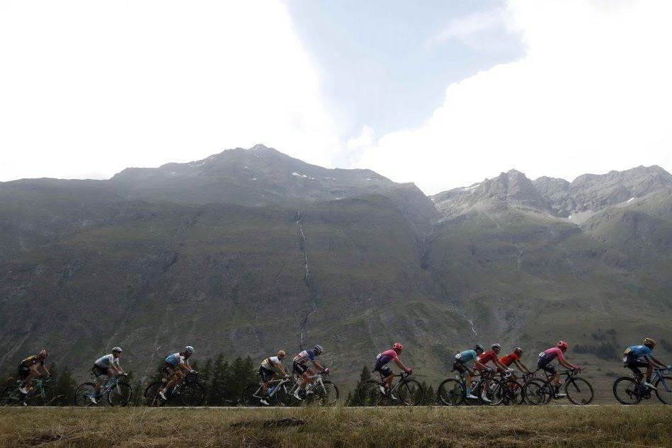 Clamoroso al Tour: tappa interrotta per grandine e neve