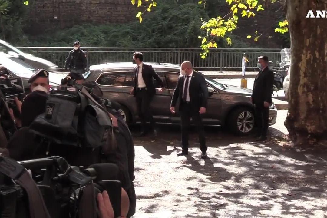 Draghi arriva alla sede della Cgil e abbraccia Landini