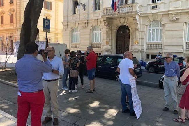 Davanti al Tar il sit-in dei pacifisti contro l'ampliamento della Rwm