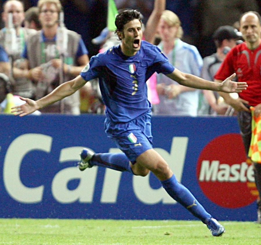 Fabio Grosso esulta dopo aver segnato il rigore decisivo contro la Francia ai Mondiali del 2006 (Ansa/Archivio US)