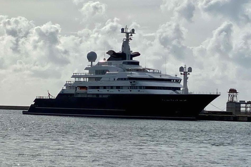 """Ormeggiato a Cagliari """"Octopus"""", il super yacht da 295 milioni"""