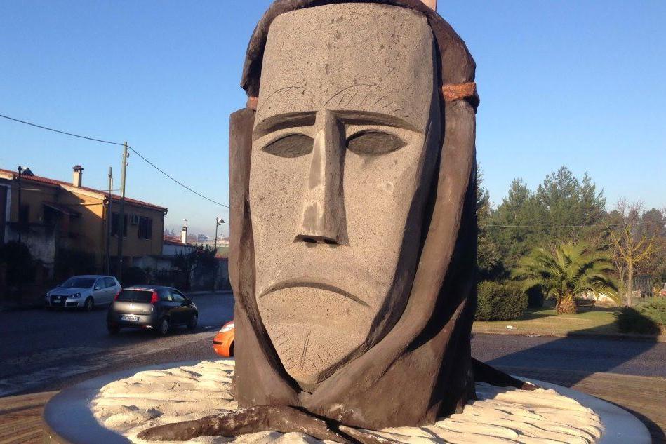 La maschera in pietra all'ingresso di Ottana