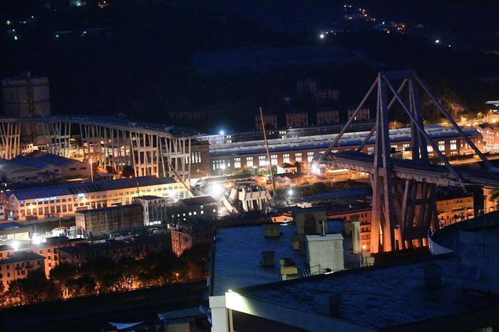 Una veduta notturna del ponte crollato