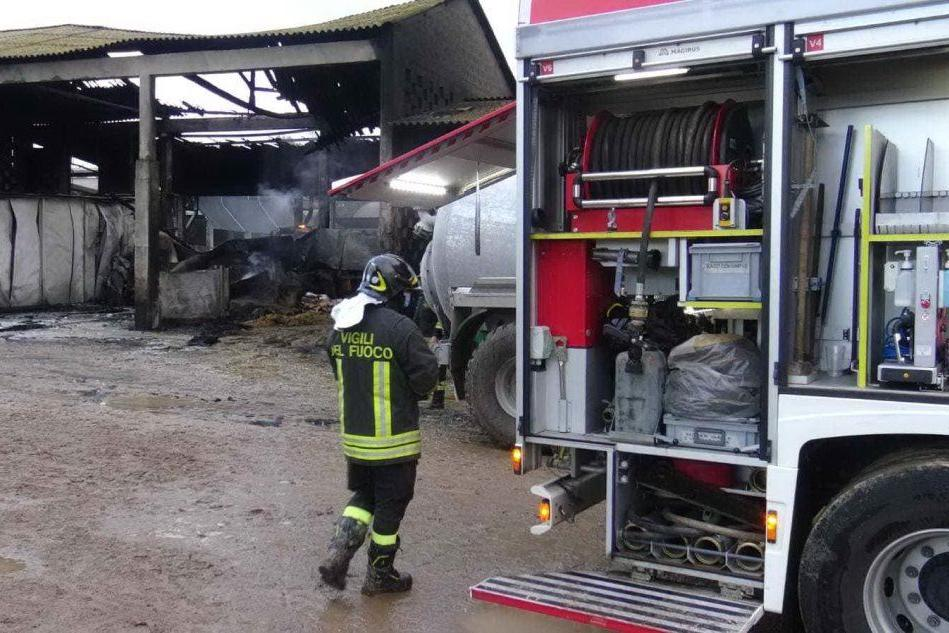 Incendio in un fienile ad Arborea: danni ingenti
