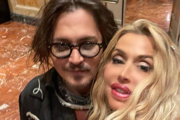 """Johnny Depp alla Festa del Cinema di Roma:e Valeria Marini si aggiudica il selfie """"stellare"""""""