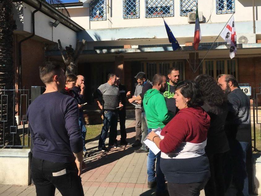 Palmas Arborea, gli allevatori consegnano in Comune le tessere elettorali per protesta