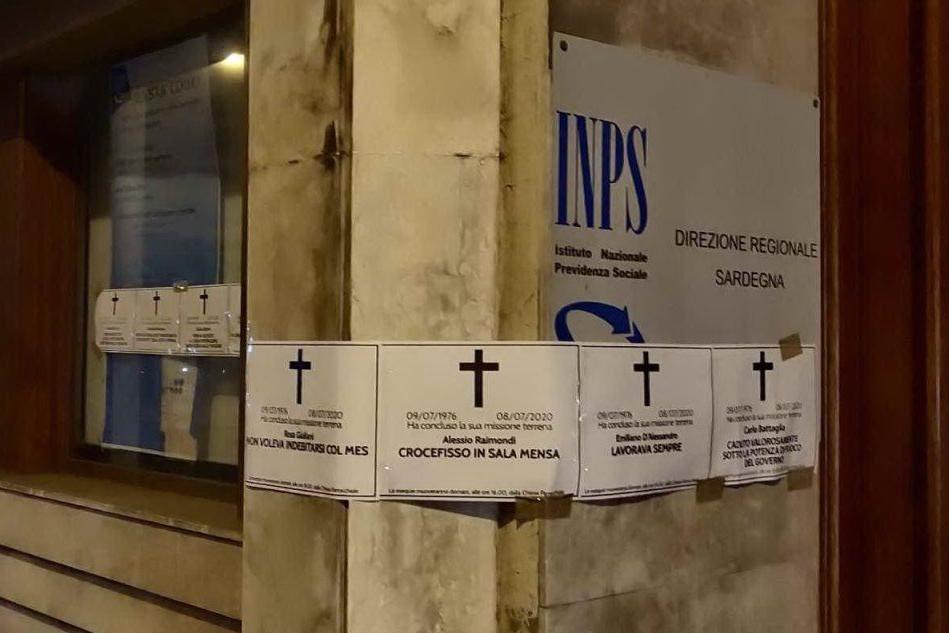 Manifesti funebri davanti alle sedi Inps in varie città sarde