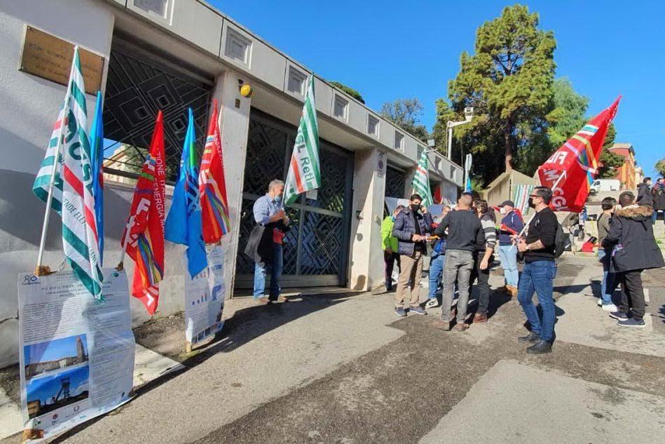 Sotacarbo: sit in davanti a Villa Devoto, lavoratori sul piede di guerra