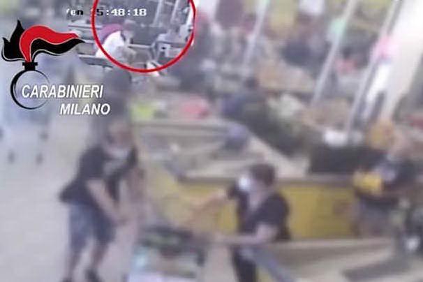 Rapina al supermercato, le immagini delle telecamere di sorveglianza