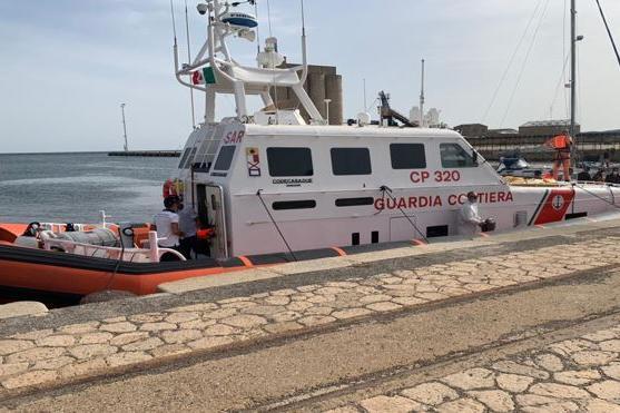 Gommone in avaria al largo di Sant'Antioco, la Guardia Costiera salva nove migranti