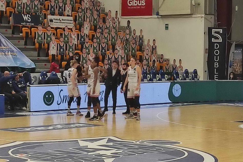 Un time out del coach Restivo (foto G. Marras)