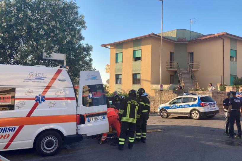 Il trasporto del ferito sull'ambulanza (L'Unione Sarda - Pala)
