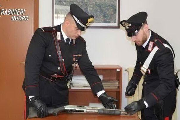 Esplosivo, fucile e cartucce:il ritrovamento sulla Statale 125