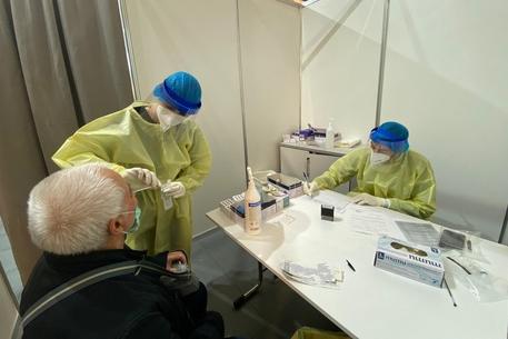 Sardegna, continua la ritirata del virus: contagi giù del 32%, vaccinato quasi il 94% degli over 12