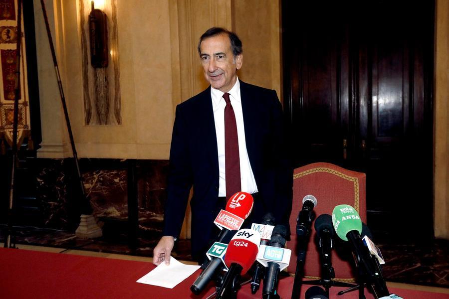 """Minacce al sindaco Sala, un indagato a Cagliari. Nella chat no vax scriveva: """"Prendiamolo a calci in c..."""""""