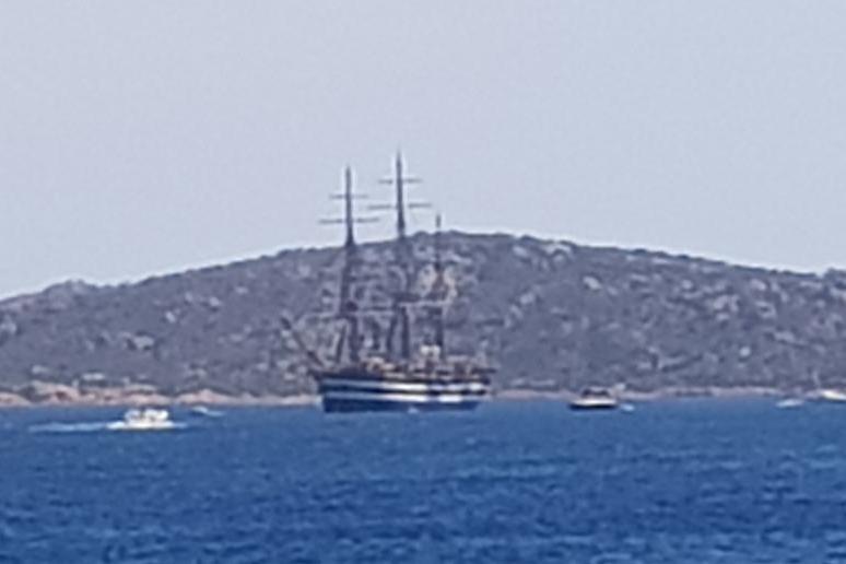 La Maddalena, la nave Vespucci nella rada di Santo Stefano