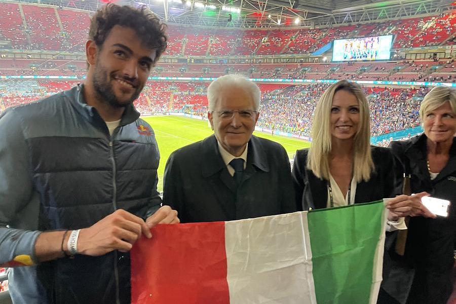 Mattarella a Wembley con Berrettini e Valentina Vezzali (le foto sono Ansa e Twitter-Quirinale)