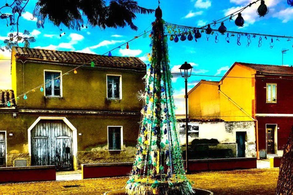 Samatzai, un abete di Natale di plastica riciclata: l'idea di Luigi Onnis