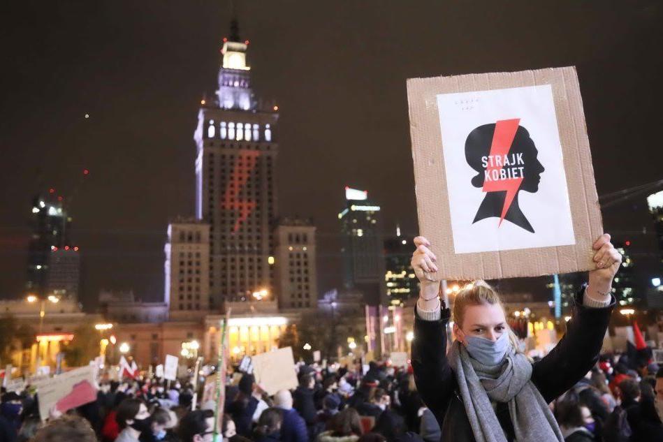 Varsavia, migliaia di persone in piazza contro il divieto di abortire