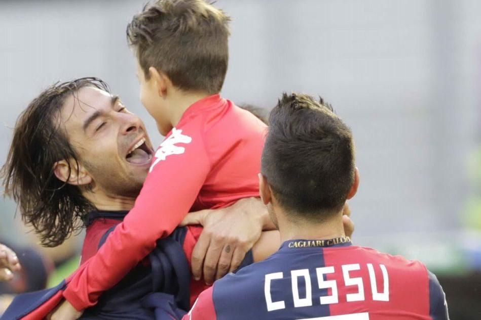 Daniele Conti abbraccia il figlio Manuel (foto Max Solinas)