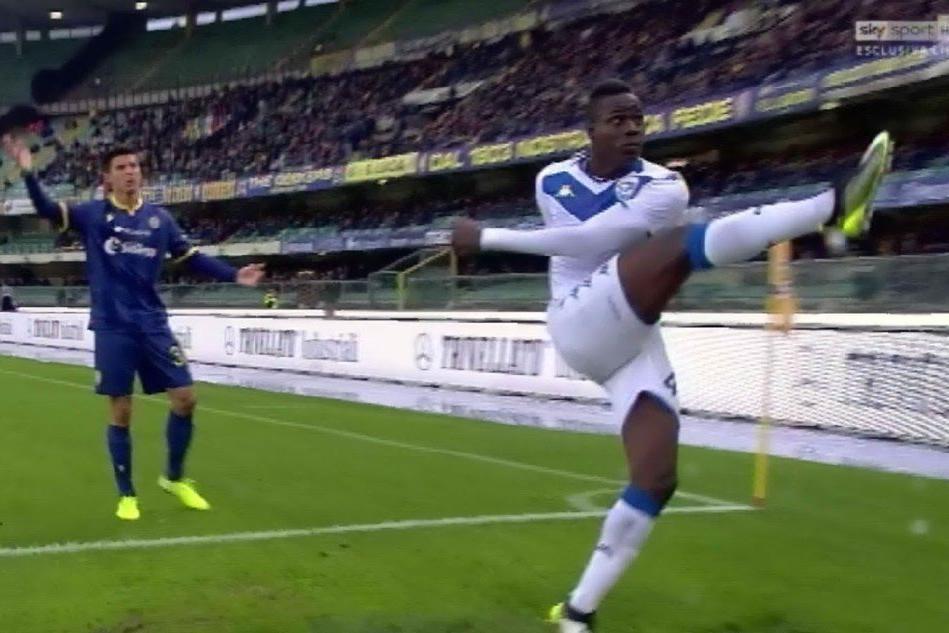 Cori razzisti contro Balotelli, SuperMario scaglia il pallone in curva