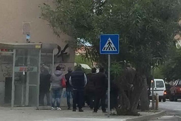 La fila per la consegna dei viveri (foto L'Unione Sarda - Tellini)