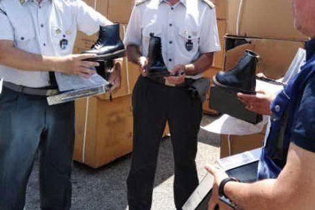 """False """"Dr Martens"""" provenienti dalla Grecia: sequestrate 2mila paia di scarpe"""