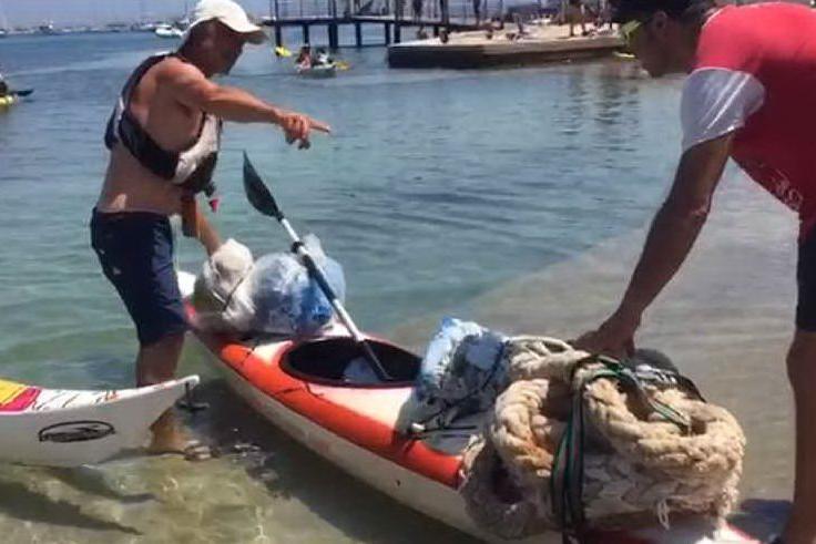 Poetto, decine di volontari ripuliscono spiaggia e mare