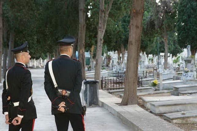 Decine di persone al funerale e anche la banda musicale: arrivano i carabinieri