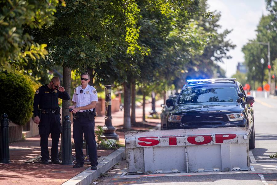 Allarme bomba a Washington, la polizia negozia con un uomo a bordo di un veicolo sospetto