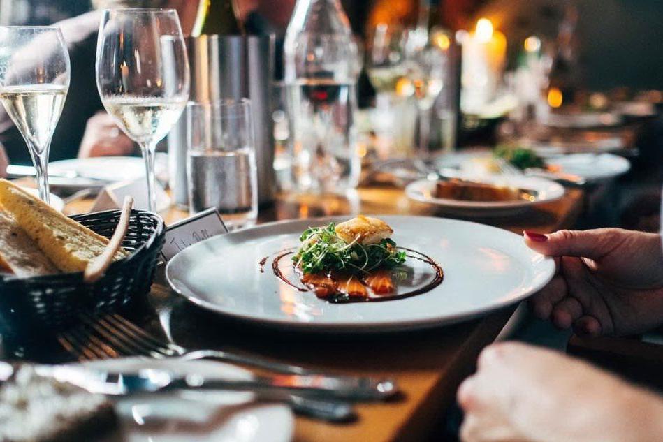 Cena con 40 persone in un ristorante, multati clienti e proprietario