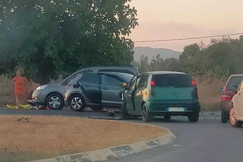 Scontro sulla Statale 195, tre auto coinvolte: ci sono feriti