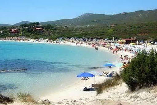 Golfo Aranci, in spiaggia lettini e ombrelloni legati ai ginepri