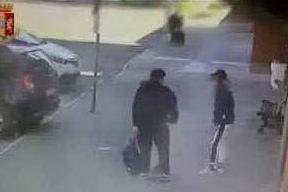 Rapinava con una pistola i coetanei alla stazione: minorenne in arresto