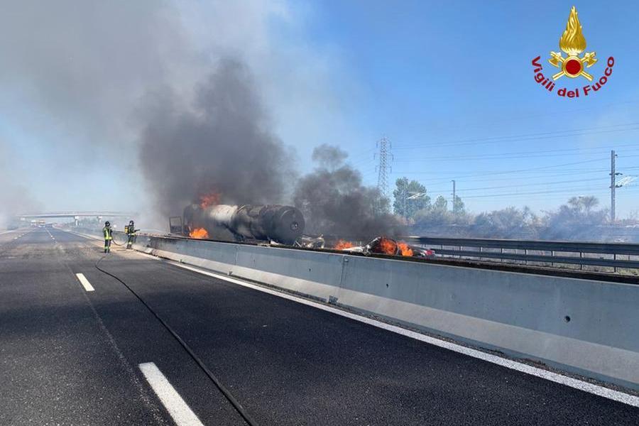 Tamponamento sulla A1, a fuoco cisterna carica di Gpl: due vittime