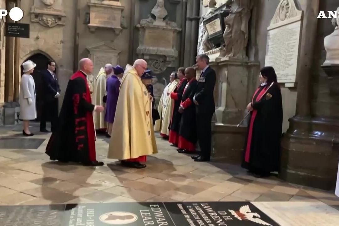 La regina Elisabetta per la prima volta con il bastone in pubblico