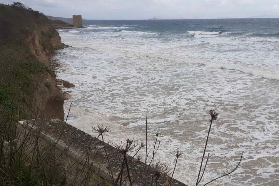 """Sassari, vento e mare si """"mangiano"""" la spiaggia di Abbacurrente"""