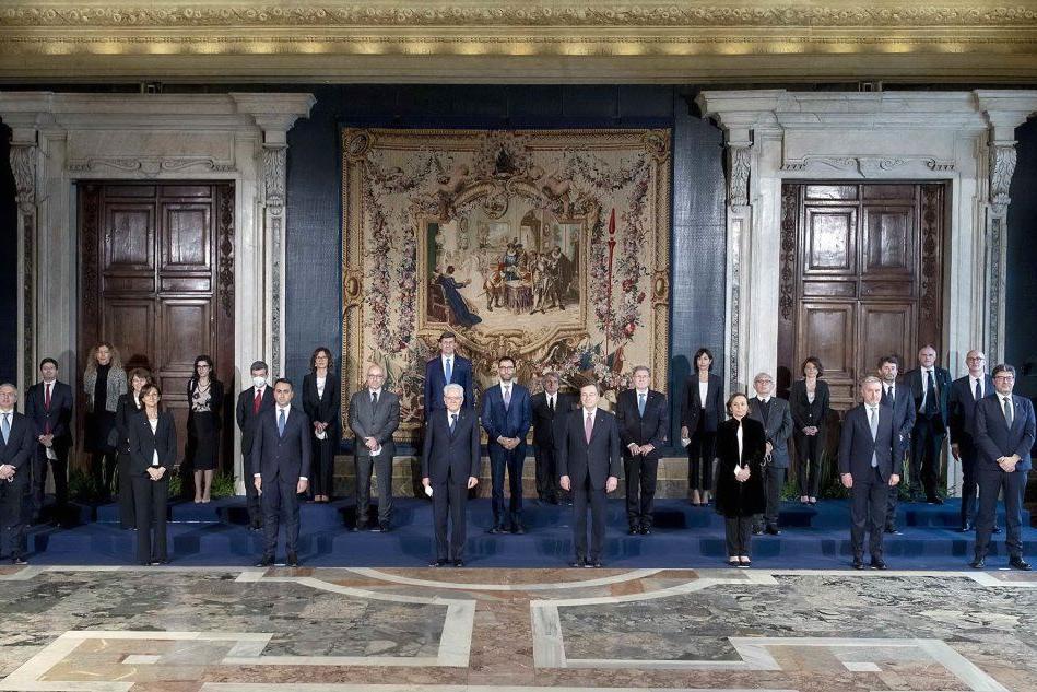 La foto distanziata, gli applausi a Conte, le lacrime di Casalino: la giornata in 20 scatti