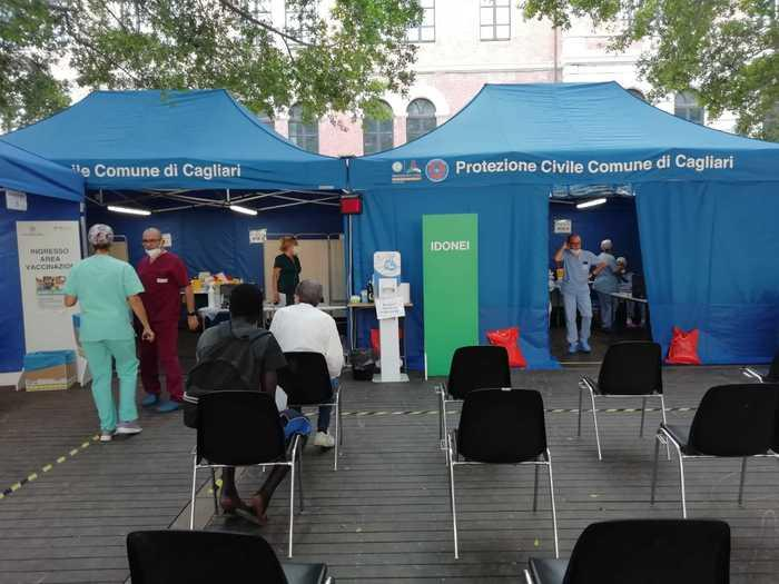 Il punto vaccini in piazza (Ansa)