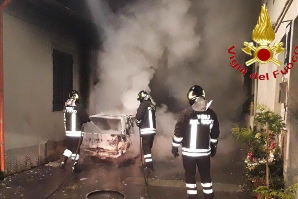 Macchina incendiata a Noragugume, non si esclude l'origine dolosa