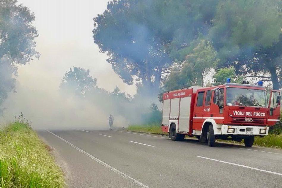 Incendio lambisce un distributore di carburante tra Oristano e Torregrande