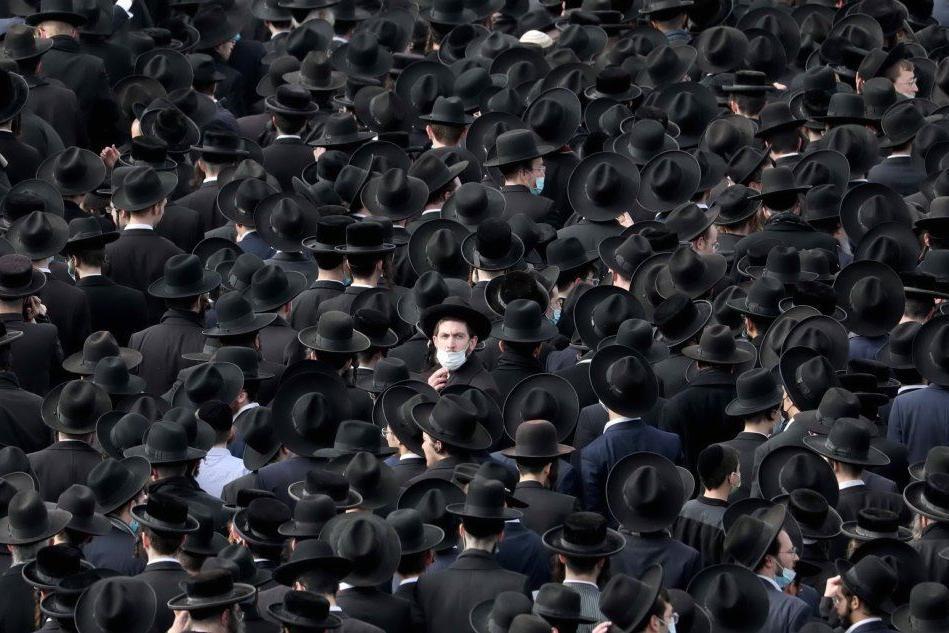 Migliaia di persone al funerale del rabbino morto per Covid