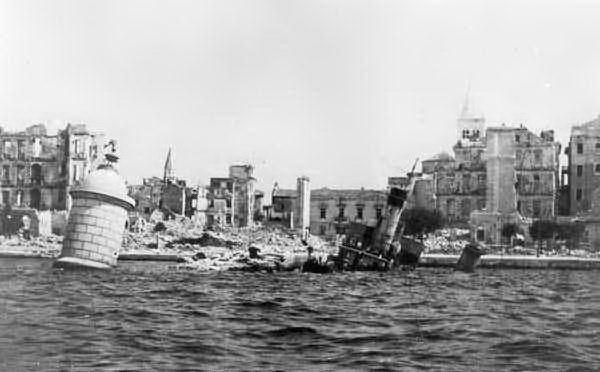 Nelle voragini dell'istria fra il 1943 e il 1947 sono gettati, vivi e morti, quasi 10mila italiani
