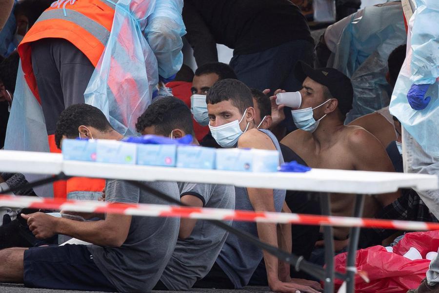 Migranti, nuova tragedia:muore un bimbo trovato su un barcone alla deriva