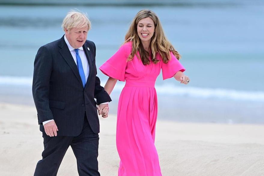 Boris Johnson e la moglie Carrie (Ansa-Epa)