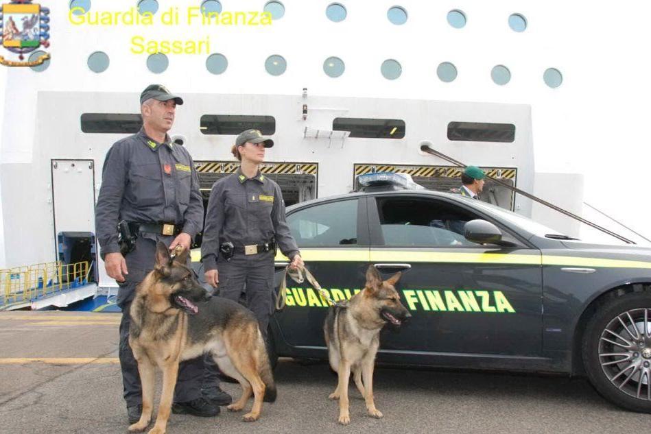 Ingerisce 11 ovuli di eroina, arrestato dopo lo sbarco a Olbia