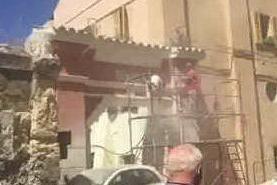 Cagliari, operai al lavoro per salvare il portale settecentesco