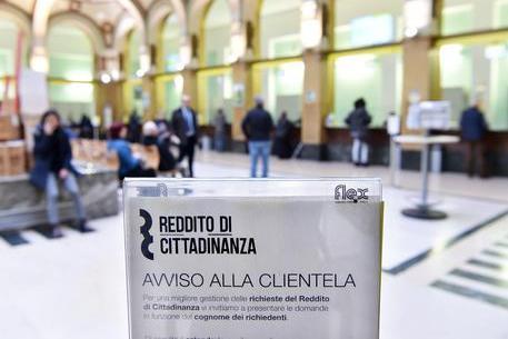 Venivano da Romania, Austria e Germania con documenti falsi per intascare il reddito di cittadinanza