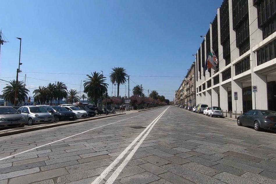 Cagliari, tutti a casa per il virus: via Roma è spettrale